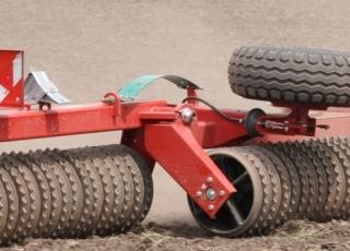 Přenos váhy na krajní sekce pro rovnoměrné utužení půdy.
