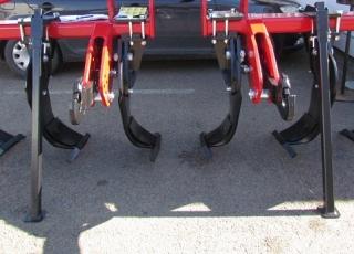Stabilní odstavení stroje párem opěrných nohou