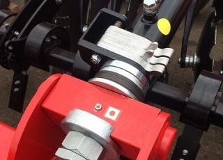 Nastavení pracovní hloubky pomocí klipů nebo hydrauliky.