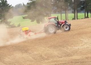 Vhodný stroj do svažitého terénu i pro méně výkonné traktory.